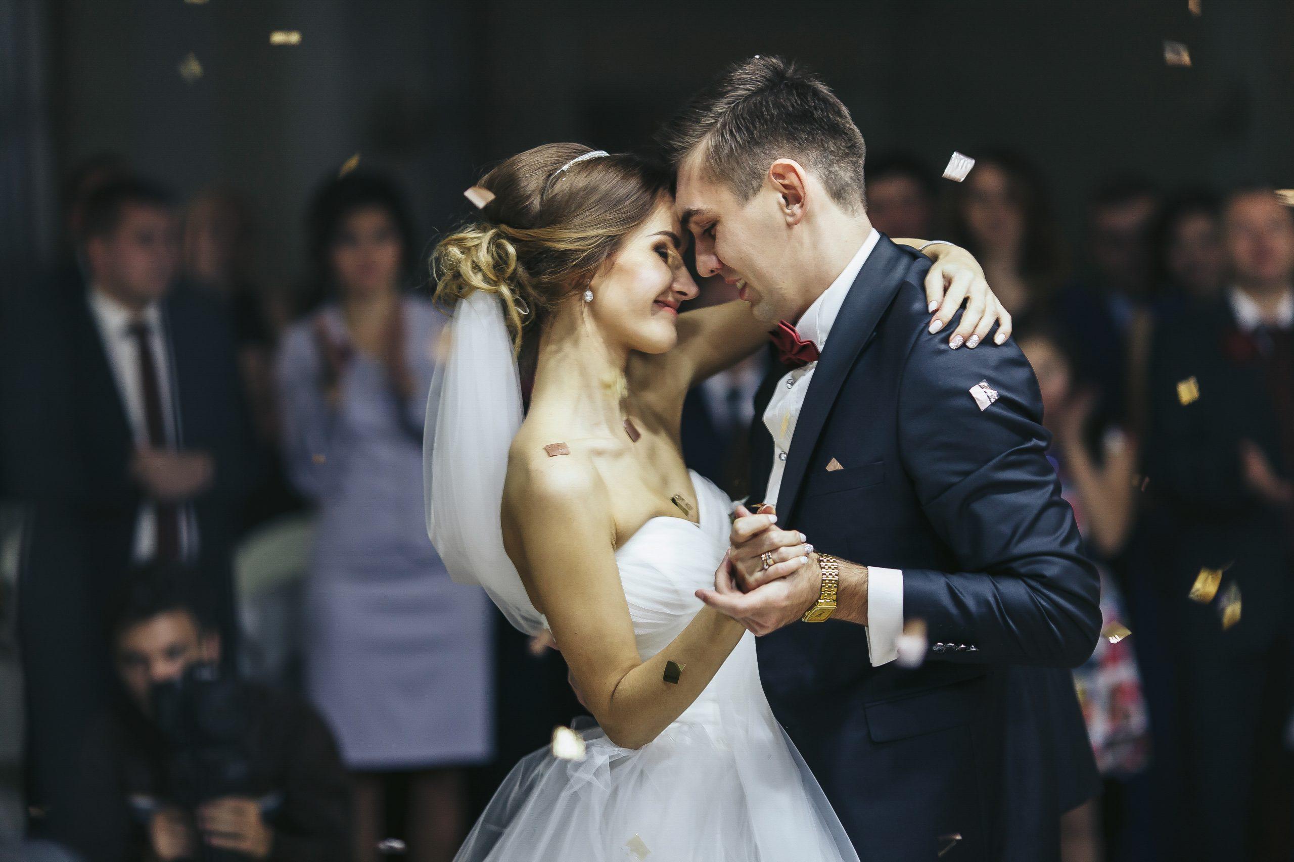 Para młoda na weselu